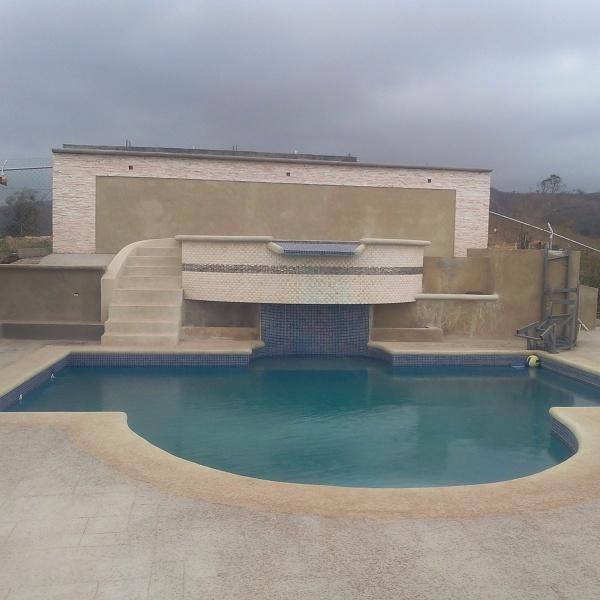 Foto piscina con jacuzzi de constructora e inmobiliaria - Piscina con jacuzzi ...