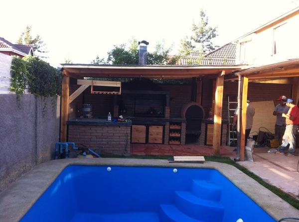 Foto piscina y quincho de ryp constructores 154186 for Constructores de piscinas