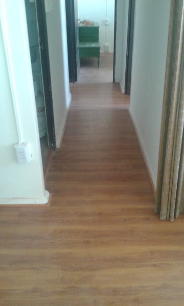 Foto piso flotante en pasillo de tcf gestion y proyectos for Como poner tarima