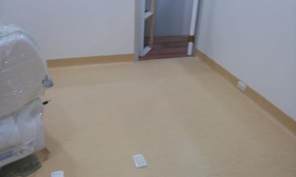 foto piso vinilico en rollo con retorno de iinstalador de