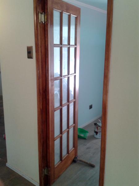 Foto puerta acceso cocina de remodelaciones - Puertas plegables cocina ...