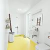 Baño con piso amarillo