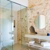 Baño con muros en piedra