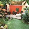 toldo estirado en jardín