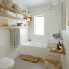 baño con estanterias