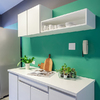 Cocina con pared verde
