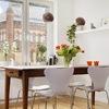 Comedor con gran mesa de madera