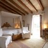Casa rural con dormitorio en tonos café