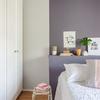 Dormitorio con pared pintada en gris