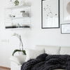Sofá blanco y manta