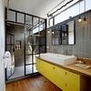 baño con mueble amarillo