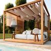 Pérgola de madera junto a piscina