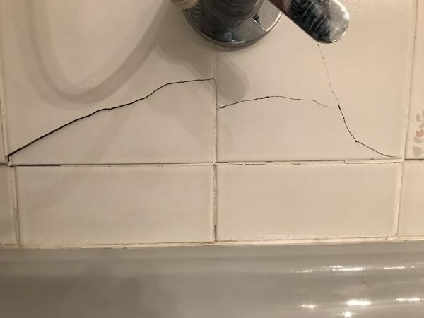 ¿Como arreglar la cerámica de baño desprendida?