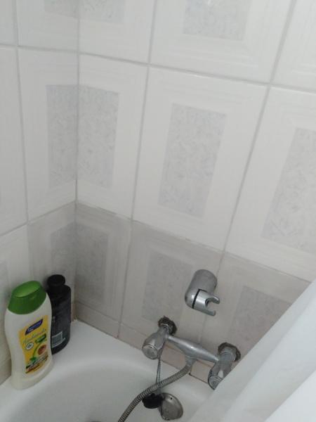 ¿Porqué se me esta oscureciendo la cerámica blanca del baño?