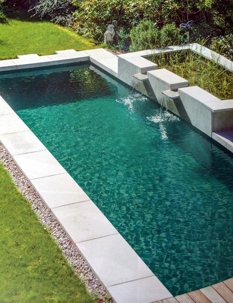 ¿Cuáles son las dimensiones de la piscina y el estanque por separado?