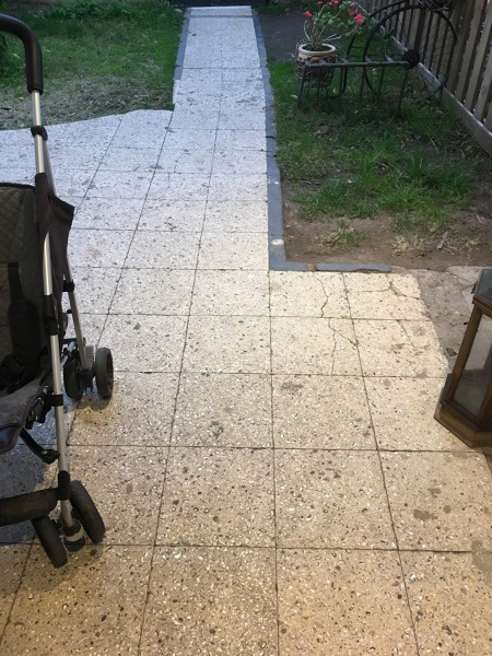 ¿Qué precio tiene poner adoquines en un patio, sacando el piso anterior?