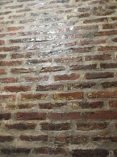 ¿Es posible pintar sobre una pared de ladrillo visto ya barnizada ??