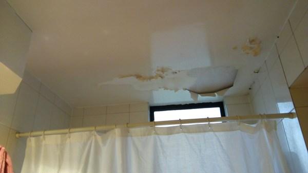 Tengo que arreglar cielo de baño humedo