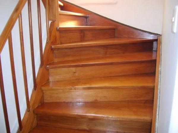 Qu precio tiene cambiar alfombra a madera habitissimo for Escaleras de madera para pintor precios