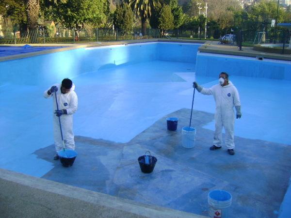 ¿Qué tipo de pintura solucionaría las fugas en mi piscina?