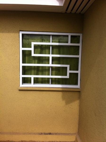 ¿Cómo esta sujeto este sistema de sujeción a la pared?