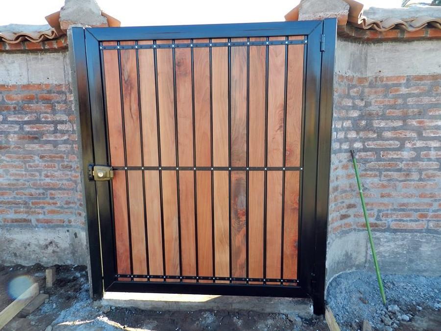 Pin corredizo y puerta pivotante en hierro de 58 con for Como hacer un porton de madera economico