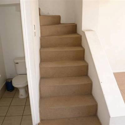sustituir alfombra de la escalera por piso de madera o