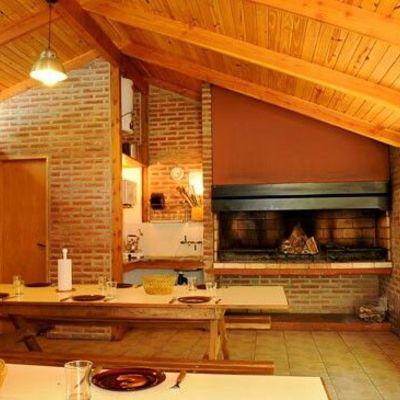 Quincho cerrado con cocina comedor y ba o similar a los for Quincho cocina comedor