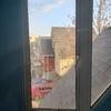 Proveer ventana de aluminio blanco (medidas 120 cm x 57 cm)