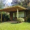 Cobertizo de estructura madeara y cubierta policarbonato
